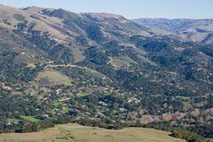 Ansicht in Richtung zur Gemeinschaft von Carmel Valley von den Spuren von Garland Ranch Regional Park, Kalifornien lizenzfreies stockbild