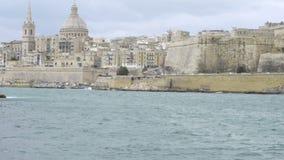 Ansicht in Richtung zur historischen Stadt von Valletta stock video footage