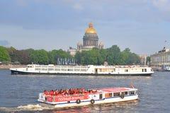 Ansicht ` s St. Isaac von Kathedrale und von Fluss Neva Stockfoto