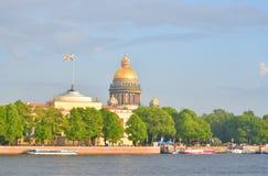 Ansicht ` s St. Isaac von Kathedrale und von Fluss Neva Lizenzfreie Stockfotografie