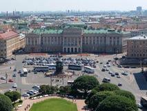 Ansicht ` s St. Isaac von Quadrat, von Mariyinsky-Palast und von zentralen Stadtteil von der Kolonnade von ` s St. Isaac Kathedra lizenzfreies stockfoto