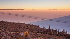Ansicht Salar de Uyunis bei Sonnenaufgang von der Insel Incahuasi in Bolivien stockfotos