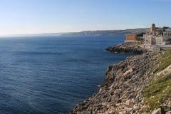 Ansicht salento felsiger Küstenlinie bei Santa Cesarea Terme touristisch stockfotos