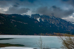 Ansicht in schöne österreichische Landschaft am bewölkten Frühlingstag stockfotos