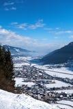 Ansicht am schneebedeckten Dorf in den österreichischen Bergen stockbilder