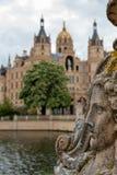 Ansicht an Schwerin-Schloss mit selektivem Fokus auf Vordergrund und am historischen Schloss im undeutlichen Hintergrund stockfoto