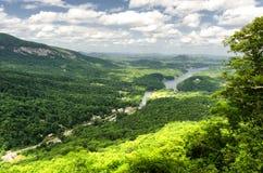 Ansicht am See-Köder im North Carolina vom Kaminfelsen Stockbilder