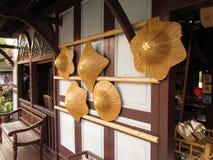 Ansicht an sich hin- und herbewegendem Markt alter Siam - Hüte Lizenzfreie Stockfotografie