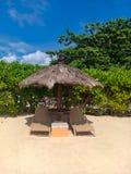 Ansicht am Sonnenbett und -regenschirmen auf einem Nusa-DUA-Strand lizenzfreies stockfoto