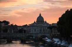 Ansicht St- Peter` s von Basilika und von Tiber-Fluss bei Sonnenuntergang, Rom Lizenzfreies Stockbild