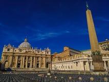 Ansicht St- Peter` s von Quadrat und von Obelisken stockfoto