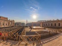 Ansicht St- Peter` s von Quadrat und von Obelisken Vatikans von der Kathedrale Lizenzfreie Stockfotografie