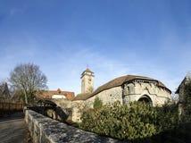 Ansicht am Stadttor und einer kleinen Holzbrücke des medie Stockbild