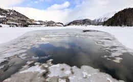 Ansicht Str.-Moritz vom gefrorenen See Lizenzfreie Stockbilder
