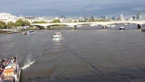 Ansicht an Themse-Brücke und London-Stadt gestalten landschaftlich Stockfotos