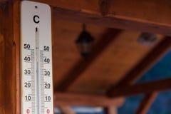 Ansicht Thermometers des im Freien Extreme Temperatur im Schatten 42 Grad Celsius - 107 6 Fahrenheit Lizenzfreie Stockfotografie