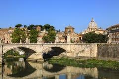 Ansicht in Tiber und Haube St- Peter` s in Kathedrale in Rom, Italien Lizenzfreie Stockfotografie
