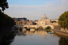 Ansicht an Tiber- und St- Peter` s Kathedrale in Rom Lizenzfreies Stockbild