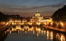 Ansicht an Tiber- und St- Peter` s Kathedrale in Rom Stockfotografie
