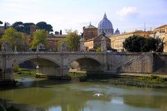 Ansicht an Tiber- und St- Peter` s Kathedrale in Rom, Italien Stockfotografie