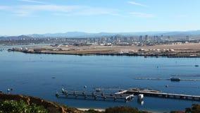 Ansicht timelapse 4K UltraHD A der San Diego-Skyline, Schiffe, die in Front sich bewegen stock video