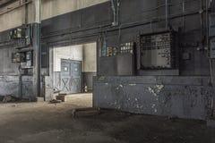 Ansicht ummauern unten in verlassener Fabrik stockfotos