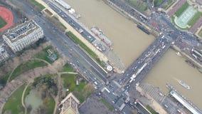 Ansicht unten vom Eiffelturm Stockfotos