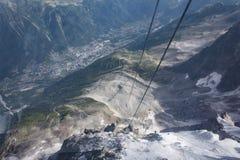 Ansicht unten von der Drahtseilbahn zu Aiguille du Midi Stockfotos