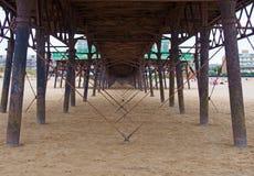 Ansicht unter den Pier, der Metallunterstützungen und -struktur auf dem Strand in Lytham-Heiliges annes im lancashire zeigt stockbilder