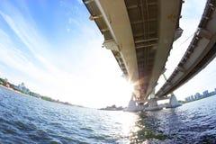 Ansicht unter die große Brücke lizenzfreie stockbilder