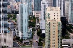 Ansicht unter Miami-Wohnungs-Kontrolltürmen lizenzfreies stockfoto