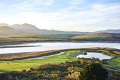 Ansicht Unterlassungsarabella Golfplatz Botrivier-Lagune und des MOs Stockbild