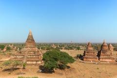 Ansicht vieler Pagoden und Gebäude in Bagan Stockfoto