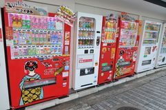 Ansicht vieler typischen Getränkeautomaten in Kyoto stockbilder