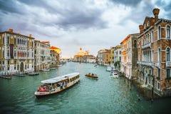 Ansicht vom ` Accademia Ponte-engen Tals auf dem Canal Grande in Venedig Stockfoto