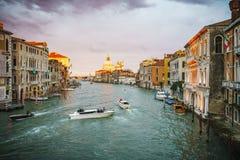 Ansicht vom ` Accademia Ponte-engen Tals auf dem Canal Grande in Venedig stockbilder