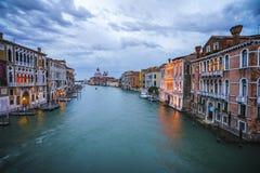 Ansicht vom ` Accademia Ponte-engen Tals auf dem Canal Grande in Venedig Stockfotos