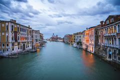 Ansicht vom ` Accademia Ponte-engen Tals auf dem Canal Grande in Venedig Stockfotografie