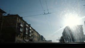 Ansicht vom Auto zur Stadt Fokus auf der schmutzigen Windschutzscheibe Das Auto ist in der Bewegung stock footage