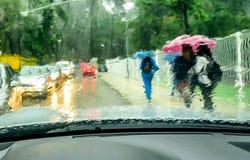 Ansicht vom Autoglas am regnerischen Tag Lizenzfreie Stockfotos