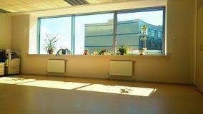 Ansicht vom Bürofenster auf Himmel und Geschäftszentrum Stockbilder