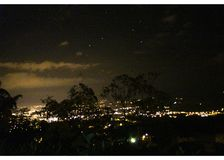 Ansicht vom Berg zur Stadt in einer Nacht voll von Sternen lizenzfreie stockfotografie