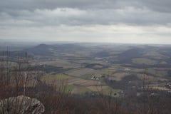 Ansicht vom Berggipfel an einem bewölkten Tag Lizenzfreie Stockfotos