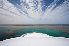 Ansicht vom Bogen einer großen Yacht Stockbild