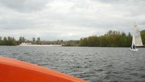 Ansicht vom Bootsbogen wenn sich schnell bewegendes Überwasser mit Regatta im Hintergrund stock video