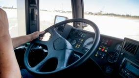 Ansicht vom Cockpit des Passagierbusses fahrend auf Flughafenrollbahn lizenzfreies stockfoto