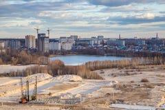 Ansicht vom Dach zum Ödland - der Standort des zukünftigen Baus, des Reservoirs und der modernen Häuser Stockbild