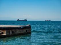 Ansicht vom Damm von Saloniki zu den Frachtschiffen auf den Straßen, Griechenland lizenzfreie stockbilder