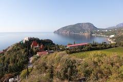 Ansicht vom Dorf von Cliff Mount Ayu-Dag. Krim lizenzfreies stockfoto