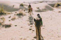 Ansicht vom Dromedar mit Touristen in der Thar-Wüste, Rajasthan, Indien stockbilder